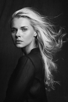 steffen boettcher sony alpha 9 black and white portrait of a blond haired lady