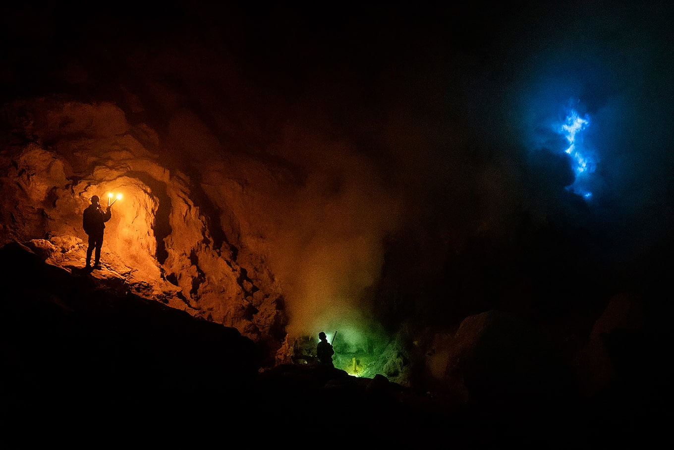 andrea-frazzetta-sony-alpha-7SII-miners-in-cave-with-head-torches