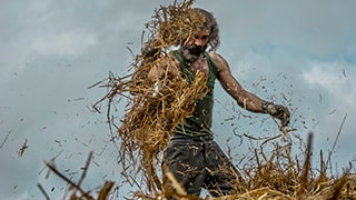 murat-pulat-sony-alpha-7II-farmer-harvests-wheat-in-field-with-scythe