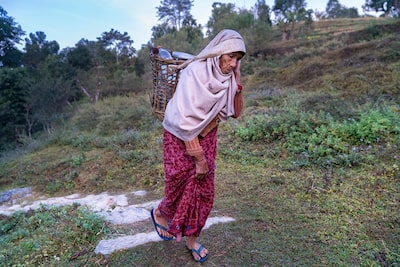 murat-pulat-sony-alpha-7RII-old-lady-climbs-up-mountain-path-carrying-heavy-basket-over-her-shoulder