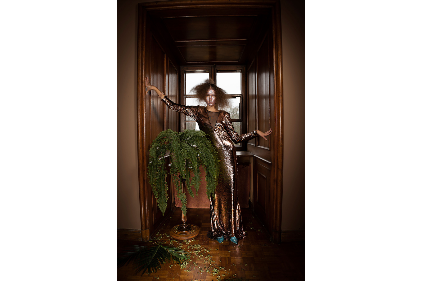 lidia popiel sony alpha 7r3 a woman is wearing a glitter dress and a glitter make up and stands next to a plant loosing fir needles
