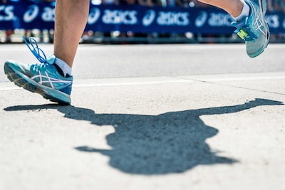 Mine-Kasapoglu-sony-alpha-9-close-up-of-runners-feet-in-motiont