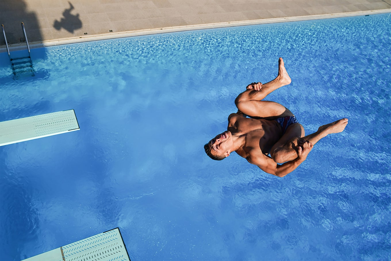 aleksandra szmigiel sony alpha 9m2 view from above of a swimmer jumping in a pool