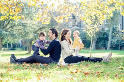 kate hopewell smith sony alpha 9 family with 2 young children pose in he park for a portrait