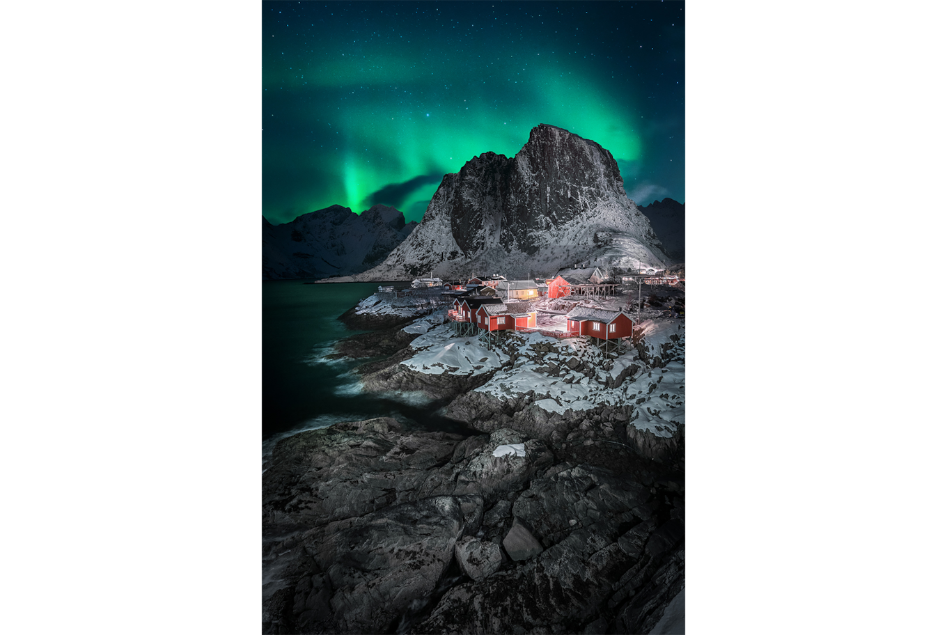 Stefan Liebermann sony alpha 7m3 village of red houses on a lake with aurora borealis behind the mountain