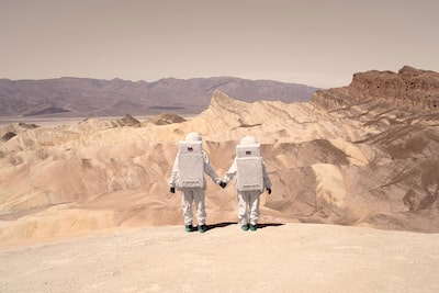 julien mauve sony alpha 7R two spaceman standing on a edge holding hands with a martian landscape behind
