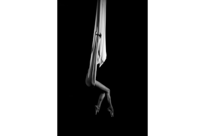 jose-mercado-sony-alpha-99-lady-artfully-suspended-in-sheet